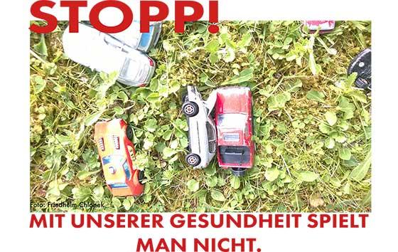 Bild Spielzeugautos auf Rasen verteilt